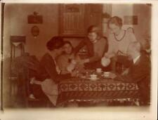 snapshot photo réunion de famille autour de table service à café ou thé ménagère
