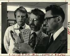 1977 Press Photo Doctors study mouse in New York laboratory - tua74878