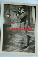 Orig. Foto Soldat der Nachrichtentruppe im Waffenrock macht Schießübungen - RAR!