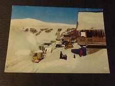 CPM Super-Besse le chasse-neige en action devant les chalets Alt. 1350 - 1850 m.
