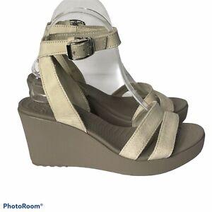 Crocs Wedge Sandals Shoes Size 7 Rubber Heel Canvas Leather Beige Open Toe a15