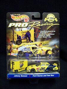 Hot Wheels Pro Racing 1998 Cheerios Johnny Benson Pit Crew.