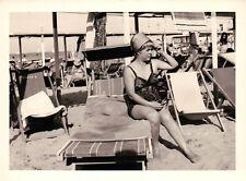 FOTO TURISTA IN ADRIATICO - IN SPIAGGIA STABILIMENTO BAGNI MARIO 1950ca C11-695