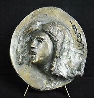 Escultura bajo alivio en medallón, perfil femenino yeso firmado Otero