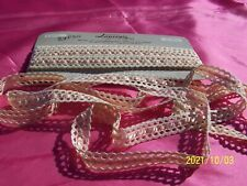 Belle et ancienne dentelle aux fuseaux avec ruban de soie rose. Années50. N°60
