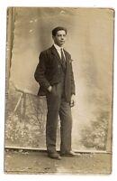 photo carte postale   jeunes homme  (1016b)