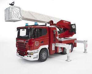 BRUDER® 03590 Scania R-Serie Feuerwehrleiterwagen, Wasserpumpe & L&S Module, NEU