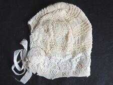 Ancien petit bonnet de bébé / poupon en dentelle, broderie idéal baptème blanc