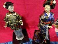 lot =les poupées asiatiques  sur socle supers vétements  soyeux =geisha
