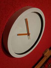 Wanduhr Uhr 30 cm Durchmesser weißes Gehäuse orangene Zeiger batteriebetrieben
