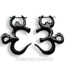 Orecchini organici OM simbolo CORNO lavoro manuale Piercing design er099