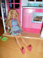 Barbie Haus / Ferienhaus mit Puppe und Zubehör - klappbar