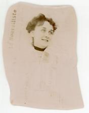 Curiosité, Une dame habillée en papier journal,  Vintage citrate print. curiosit
