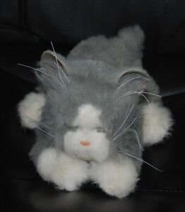 Tiger Electronics Gray White Cat Kitten Plush Toy Meows Purrs Moves Paws WORKS