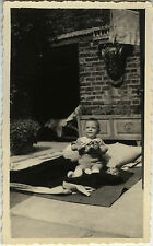 PHOTO ANCIENNE - VINTAGE SNAPSHOT - ENFANT HOCHET JOUET TAPIS DRÔLE - TOY BABY