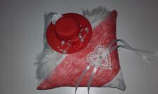 Coussin mariage pour alliances rouge et blanc chapeau