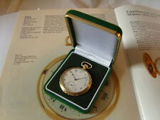 SUPERB NEW GREEN & GOLD POCKET WATCH (OR COIN) DISPLAY BOX WITH RECESSED BASE.