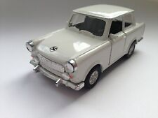Sunstar Trabant Trabbi DDR Modell mit Rückziehmotor in creme-weiß 1/32