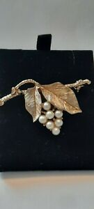 PRETTY VINTAGE SARAH COVENTRY GOLDTONE AND FAUX PEARL FLOWER BROOCH