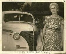 1965 Press Photo Jeannette Wilson with her 1939 car on cross-country travel