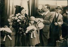 Acteur Harold Lloyd et sa famille arrivant à Paris, ca.1930, vintage silver prin