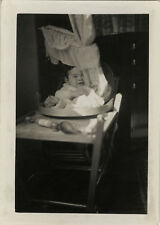 PHOTO ANCIENNE - VINTAGE SNAPSHOT - ENFANT CHAISE DRAP DRÔLE - CHILD FUNNY 1934