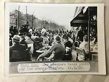 ww2 photo press  Paris 1941 Champs-Elysée un officier allemand assis      251