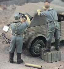 Verlinden 1/35 German Troops Cleaning Vehicle w/Water Jug WWII (2 Figures) 907