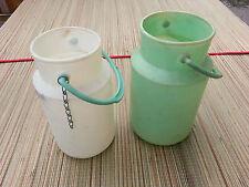 Anciens bidons de lait en plastique art populair