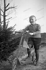 Life-1930er-Fashion-Cute Happy young-Boy-Knabe-Jungvolk-Tretroller-Roller-Fahne