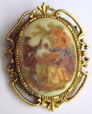 Pendentif broche ancien bijou vintage couleur or poli camée scène galante 3133