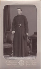 Photo cdv : Baudoux ; Un prêtre debout en pose à Jersey , vers 1878
