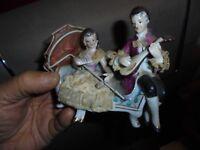 Couple d'Amoureux Joueur de Mandoline en Porcelaine Dentelle Amidonnée Signé