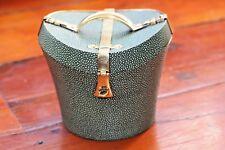 TEA CADDY CADDIE Cappello a forma di cassetta con dettaglio in ottone e tessuto ZIGRINO