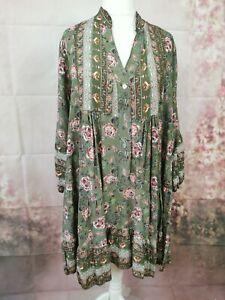 Kleid mit Blumenmuster in Khaki