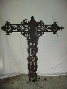 croix en fonte ancienne avec statues pour éléments.