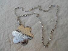colier : pendentif + chaine , le tout argent , forme fleur