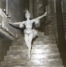 Colette Marchand en costume dans les coulisses — tirage argentique — Radar 1959.