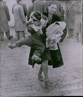 LG879 Wire Photo HUNGARIAN REFUGEE MOTHER Camp Kilmer NJ Carrying Young Children