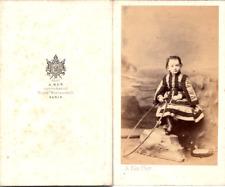 Ken, Paris, Petit enfant en pose avec un cerceau, circa 1865 Vintage CDV albumen