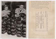 PHOTO DE PRESSE Gant de boxe Usine 1940 Armée britannique Ouvrière Curiosité