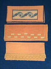 3 porte-serviettes anciens, en lin vieux rose, dentelle ou broderie
