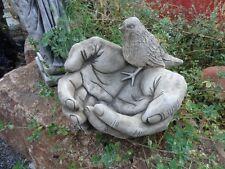 bain d'oiseau en pierre reconstituée,mains jointes et oiseaux posés dessus,