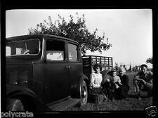 Portrait récolte fruits + voiture ancienne Citroën Rosalie Négatif photo ancien