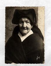 ILE DE SEIN (29) FEMME agée en COSTUME TRADITIONNEL vers 1950