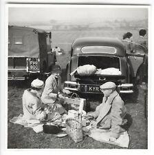 Voiture. Pique-nique. Mode. 1950. UK. Auto. Car. Fashion. Vintage photo. G473