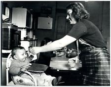 Mère et fils, années 60 Vintage silver print Tirage argentique  21x27  Cir
