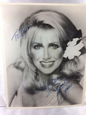 1979 SUZANNE SOMERS HAND SIGNED 8X10 B&W PHOTO WITH INSCRIPTION
