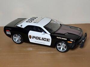 Maisto 2006 Dodge Challenger Cocept  B&W Police Car 1:18 Scale Diecast Model