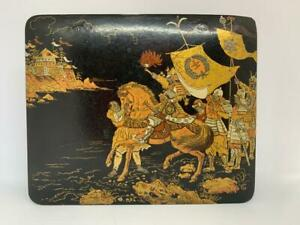 EARLY 20TH CENTURY PAPIER-MÂCHÉ BOX WITH JAPANESE WARRIORS